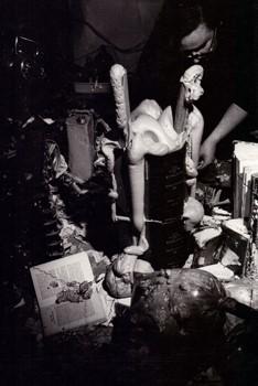 Légende photo: Book Plumbing, 1967, John Latham avec Jeffrey Sawmill & Jeffrey Shaw, Better Books, Londres. Photo: Jennifer Pike. © The John Latham Foundation