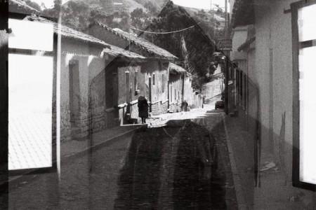 Verónica Calvo Valenzuela «Tarabuco» Mercredi 15 mai 2019 à 18 heures L'École supérieure d'art de Lorraine met en place les «Rencontres du soir», espace d'échanges pour interroger les relations entre arts, anthropologie et réalités sociales et économiques avec des chercheurs et des artistes.  «Après un premier séjour à Tarabuco, village des Andes boliviennes où j'ai réalisé mon terrain de thèse entre juin 2011 et mars 2014, j'ai développé mes premières pellicules photographiques. Des centaines de perspectives de rues donnant sur un horizon ambigu, parfois bouché, remplissaient ces premiers films. Les images documentaient le village autant qu'elles rendaient compte d'une expérience difficile: une itinérance, une errance sans lieu d'arrivée; une pudeur à photographier les visages des habitants, auxquels se substituaient des bâtiments, des portes, des fenêtres, des champs... Le besoin de faire des photographies était aussi fort que l'incapacité à franchir le seuil de leur porte. Persuadée à l'époque que je n'arriverai pas à produire une image des habitants de Tarabuco, de leurs corps, de leur maison, de leur intimité, je donnai des appareils photographiques jetables à dix personnes, hommes et femmes, âgés de dix à soixante ans pour qu'ils se livrent, comme moi, à une pratique photographique quotidienne.  Avec ce geste, la recherche que je menais sur les définitions de soi produites par les habitants de Tarabuco à la demande de l'État, afin d'accéder à une autonomie politique, s'est déplacée: elle avait lieu désormais sur le plan de l'expérimentation photographique, sans prétention scientifique, sans les contraintes imposées par les pouvoirs publics, et sans promesse de bonheur ni d'émancipation politique. Aucune consigne en termes de temps  ni de sujet à photographier ne leur fut donnée.» Verónica Calvo Valenzuela est docteure de l'IEP de Paris. Elle a effectué une thèse d'anthropologie politique intitulée Les trames de soi où elle analyse la transformation des subject